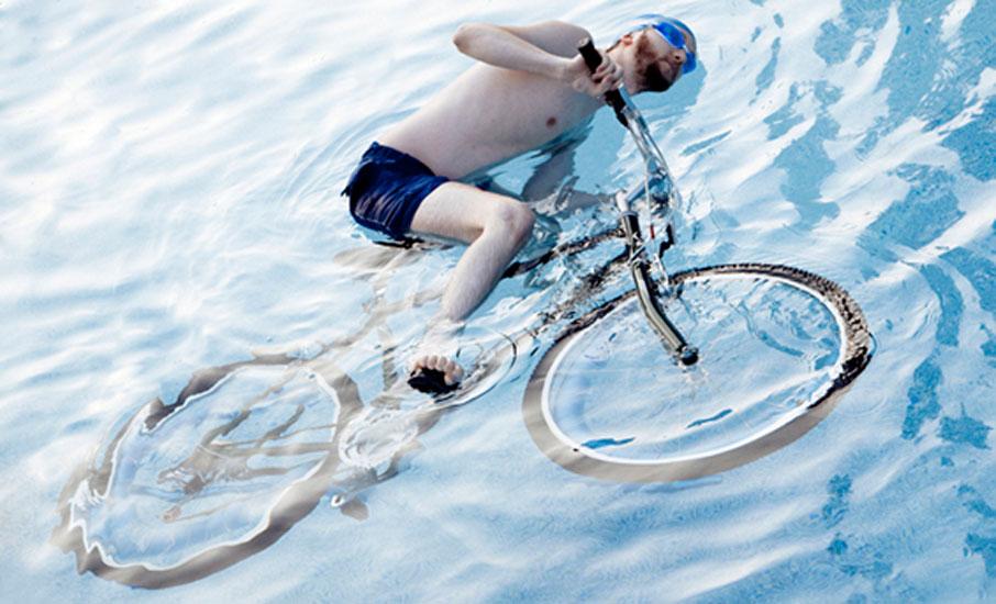 Na Califórnia, ninguém pode guiar uma bicicleta dentro de uma piscina de natação